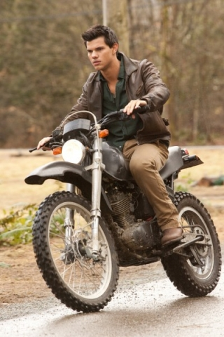 the-twilight-saga-breaking-dawn-part-1-movie-image-taylor-lautner-01-400x600